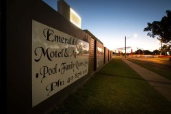 Emerald Gardens Motel & Apartments - 2 Harris St Emerald QLD 4720